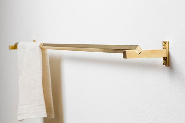 Accessoire de salle de bain design en laiton et chêne massif by Studio Groupwork