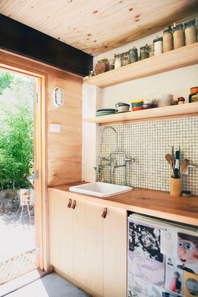 Cuisine en bois contemporaine avec sol en béton