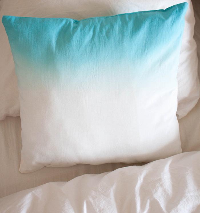 Diy un coussin fa on tie dye frenchy fancy - Comment fabriquer un coussin ...