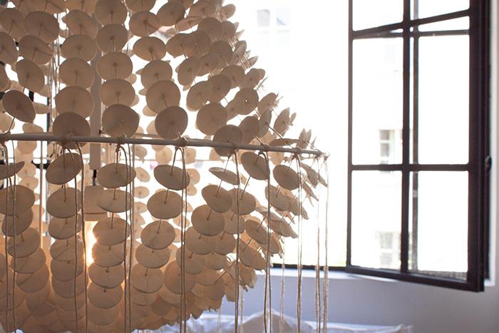 Lustre en perles de bois