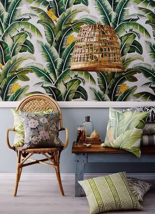 Papier peint motif jungle et mobilier en osier