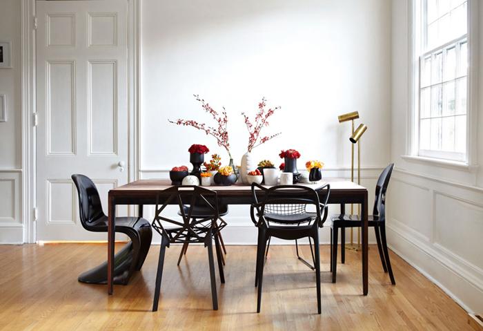 Chaises dépareillées dans une salle à manger