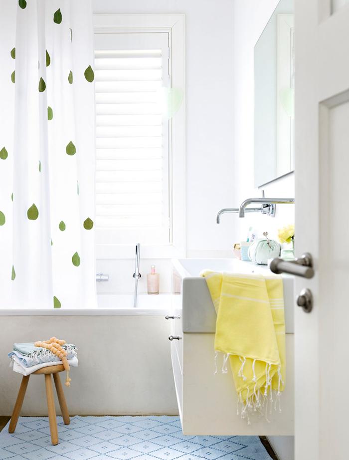 Décoration salle de bain colorée
