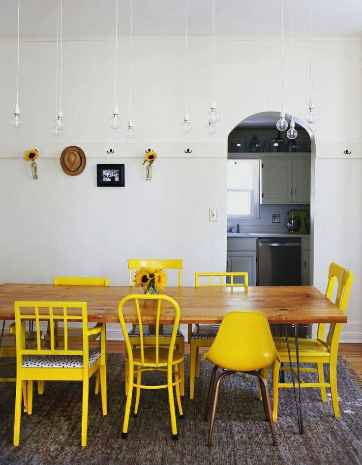 Chaises jaune dans une cuisine