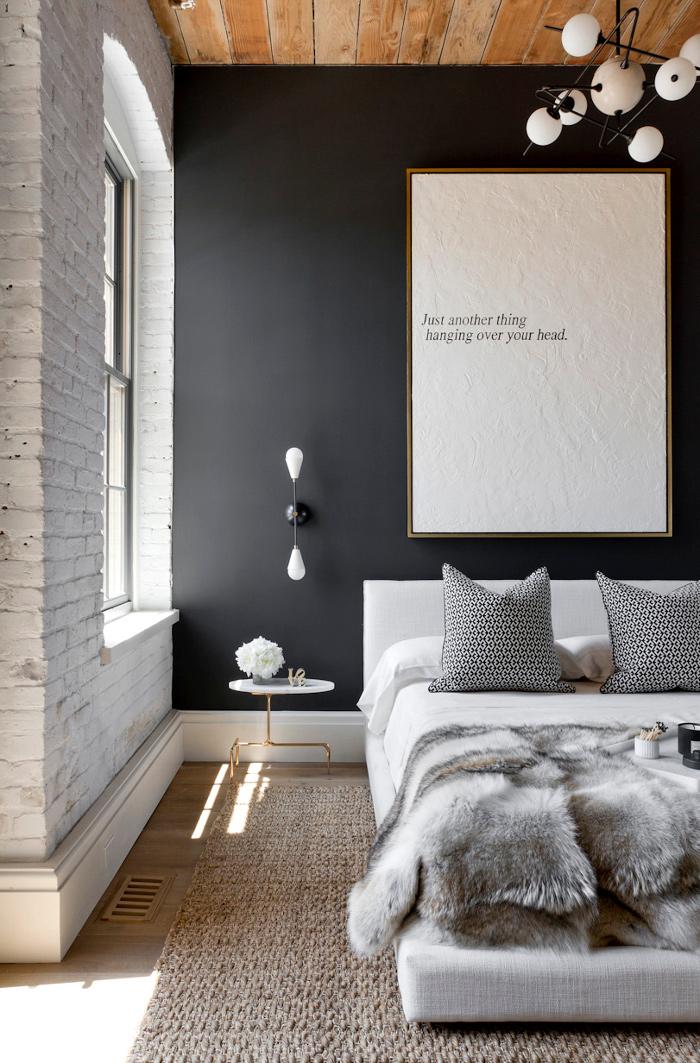 Mur noir et brique blanche