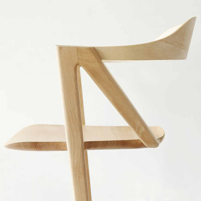 Chaise design en bois clair