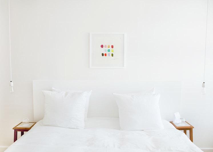 Chambre minimaliste avec une touche de couleur