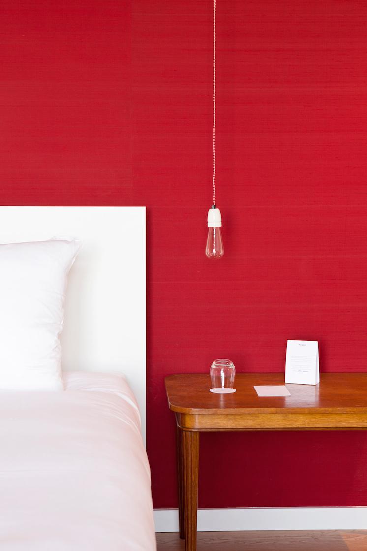 Mur de couleur rouge dans une chambre
