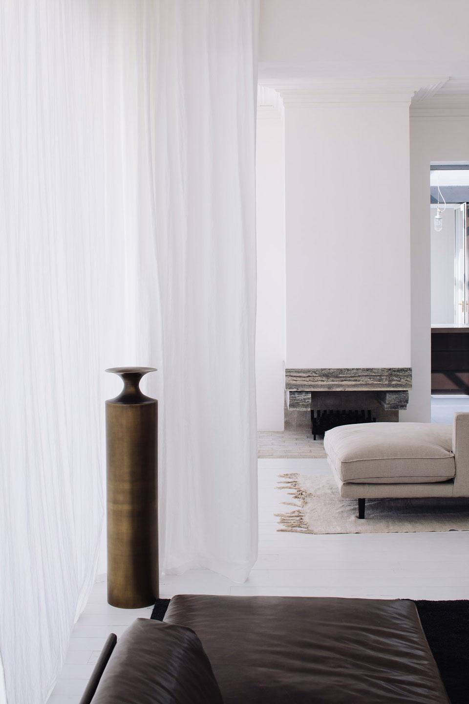 Une maison d'architecte à la décoration en camaïeux de blancs