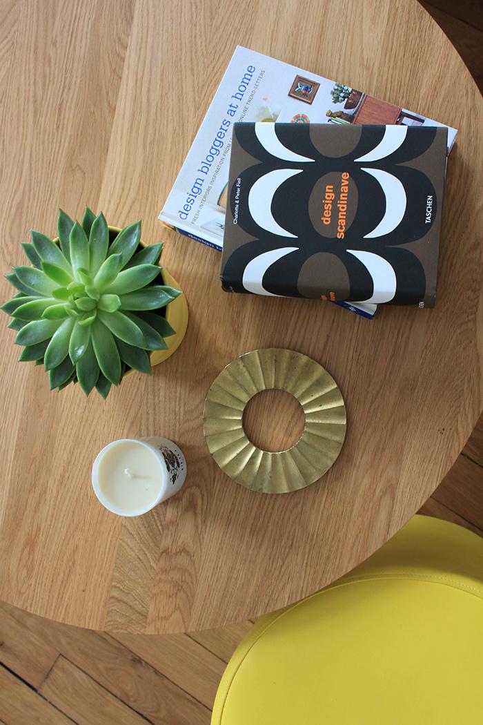 Bougie Oranjade et livre sur le design scandinave