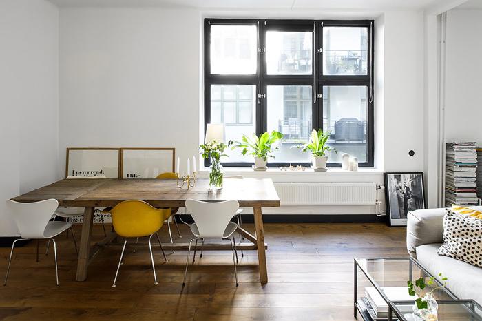Table en bois vintage et chaises dépareillées