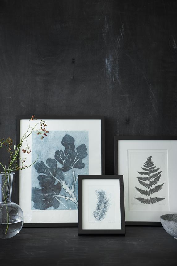 Mur noir dans un salon