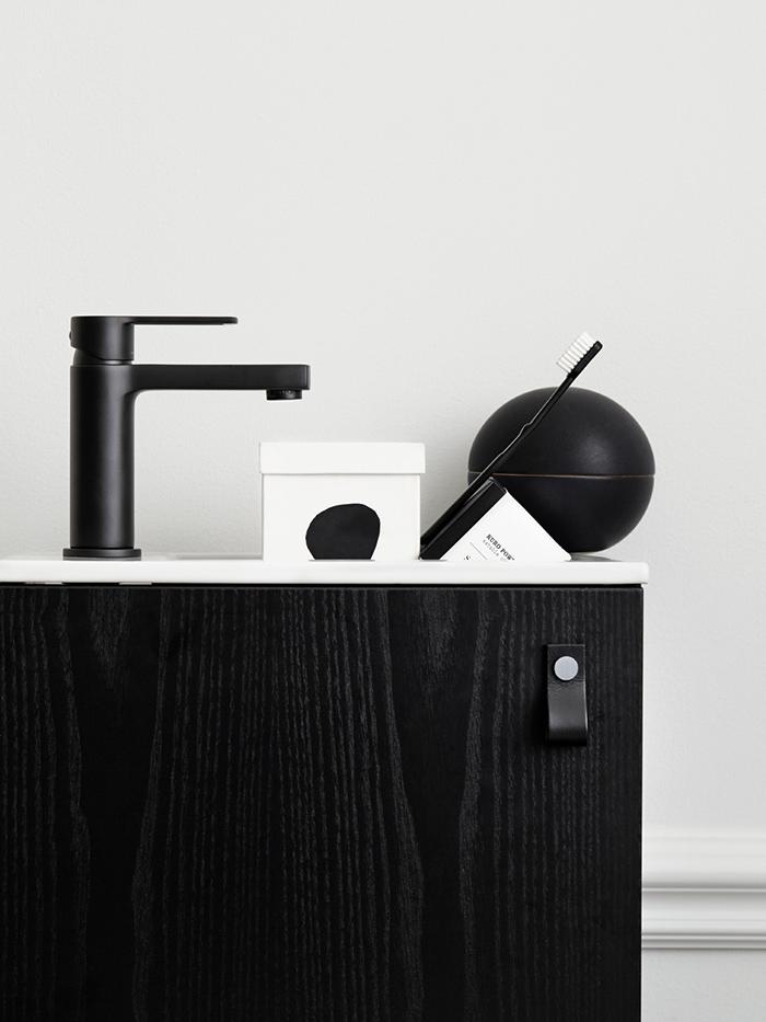 Décoration de salle de bain en noir et blanc