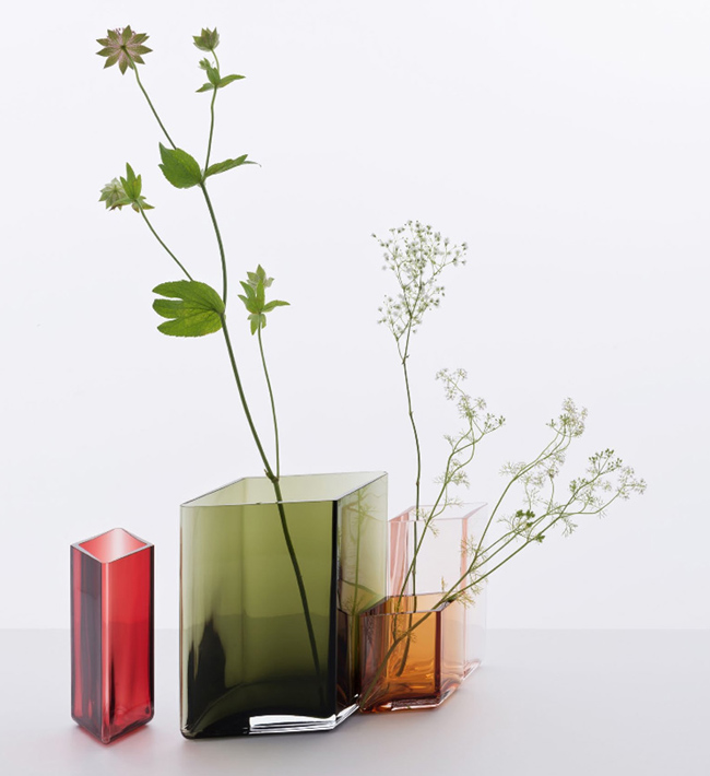 Vase design en verre coloré