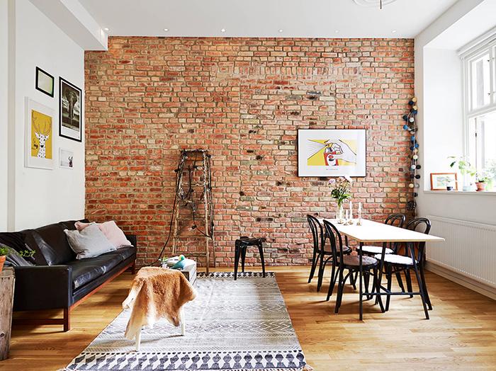 Loft avec mur en briques rouges