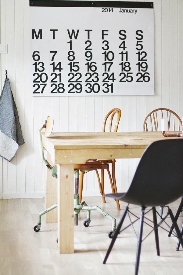 Chaise Eame et table ancienne en bois