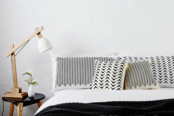 Chambre avec parure de lit en noir et blanc