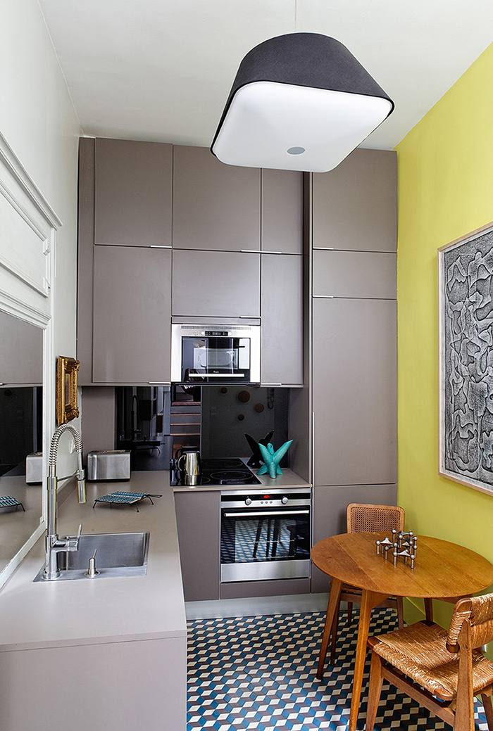 Meuble cuisine taupe et mur jaune