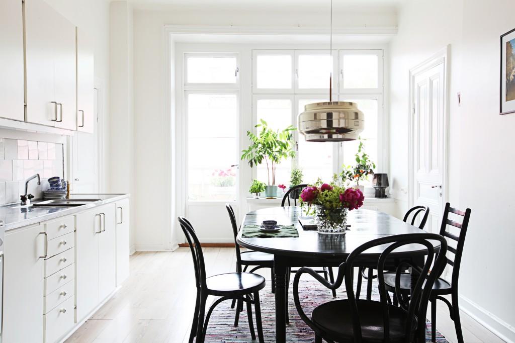 Table de salle à manger en bois noir dans une cuisine