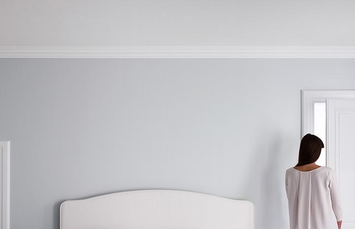 Peinture bleu gris dans une chambre