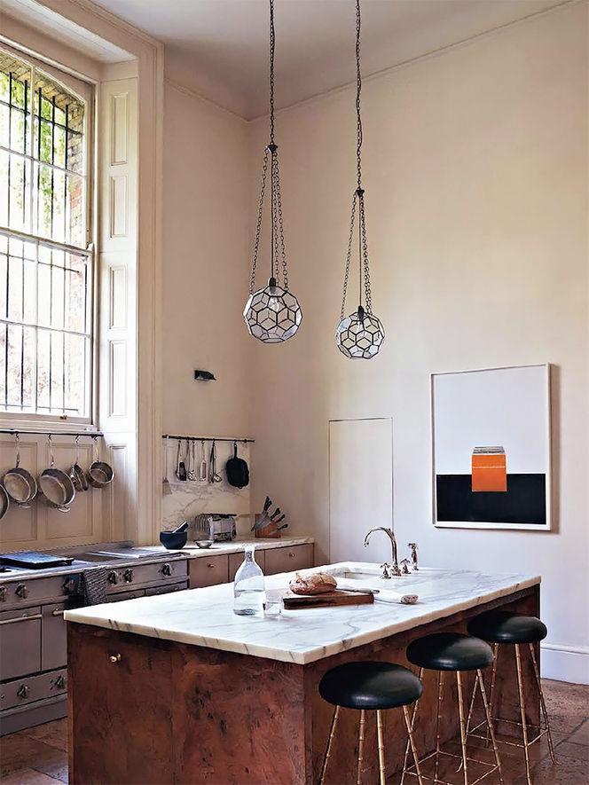 Cuisine classique avec mobilier en marbre gris