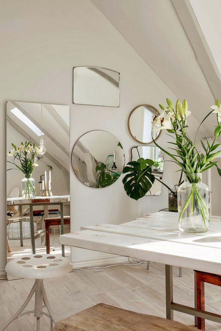 Accumulation de miroir vintage au mur