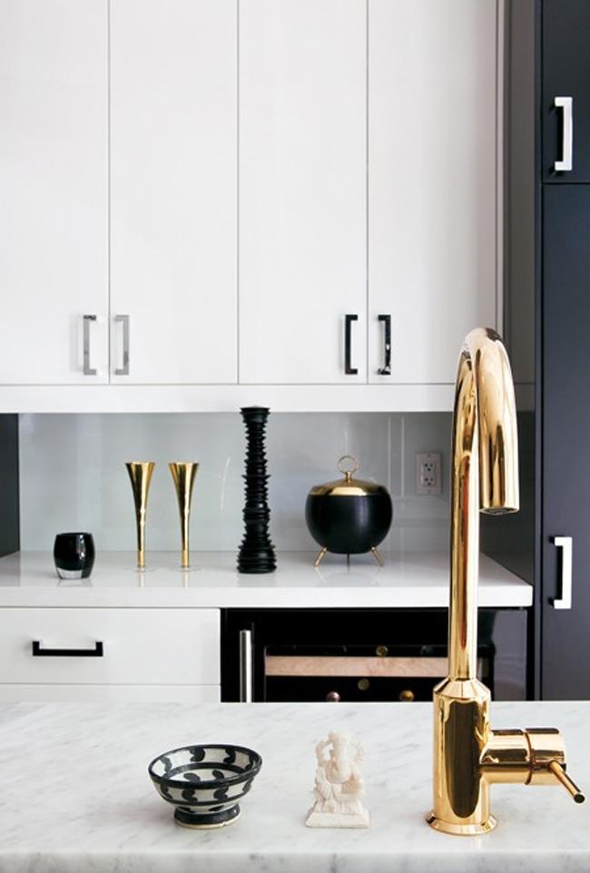 Robinetterie dorée dans une cuisine en noir et blanc