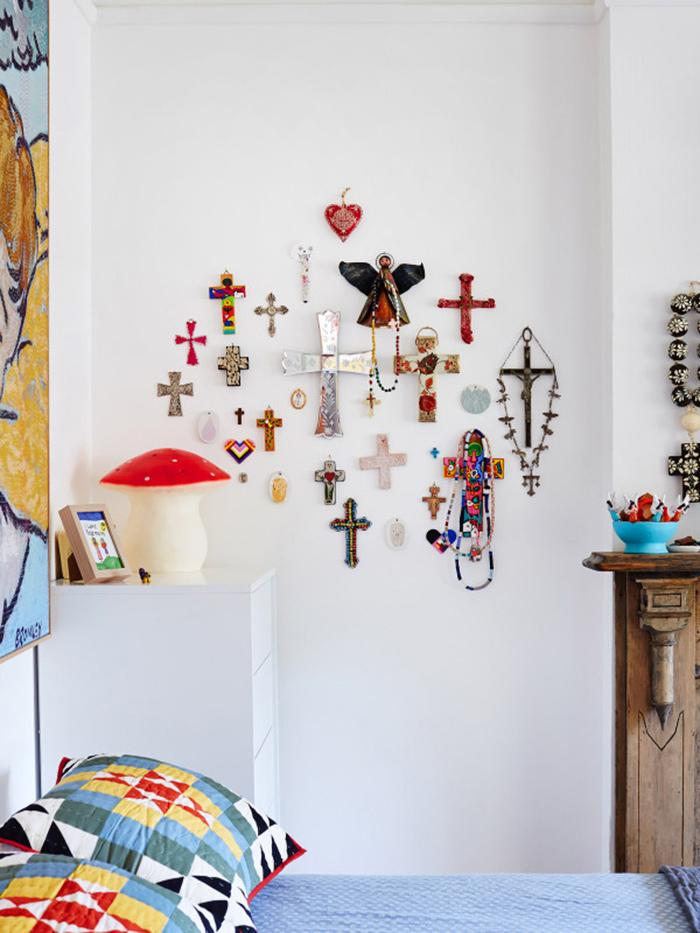 Accumulation d'objets au mur décoration