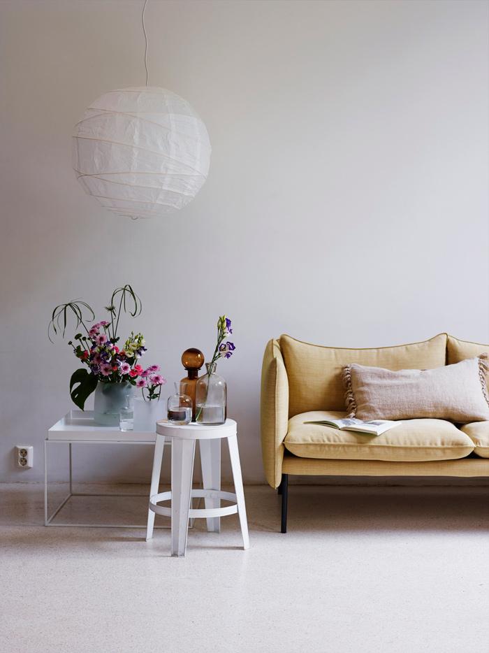 Canapé jaune dans un salon