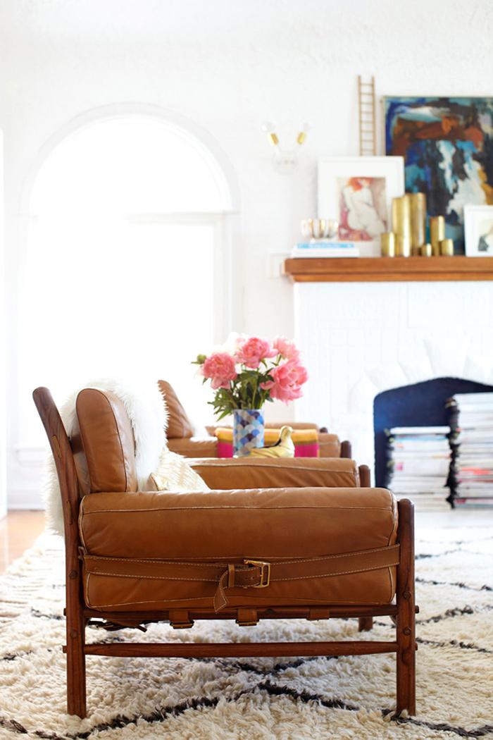 Fauteuil en cuir vintage et tapis Beni Ouarain