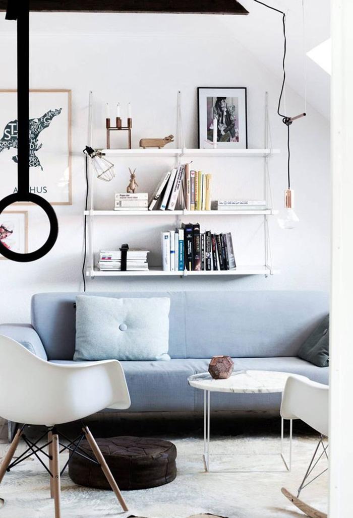 Chaise Eames blanche dans un salon