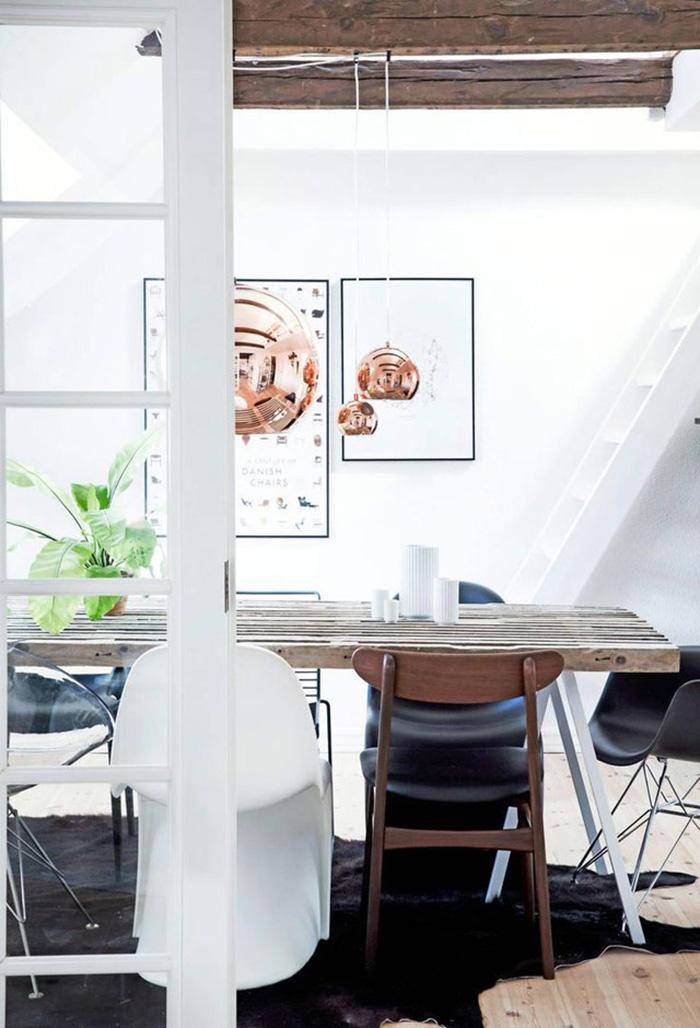 Suspension en cuivre au dessus d'une table de salle à manger