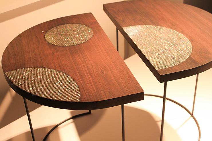 Table en bois incrustée de nacre