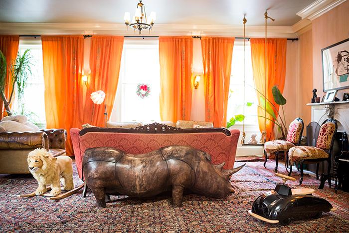 Salon avec accumulation de tapis kilim