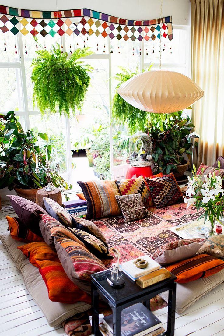 Accumulation de tapis et de coussin au sol