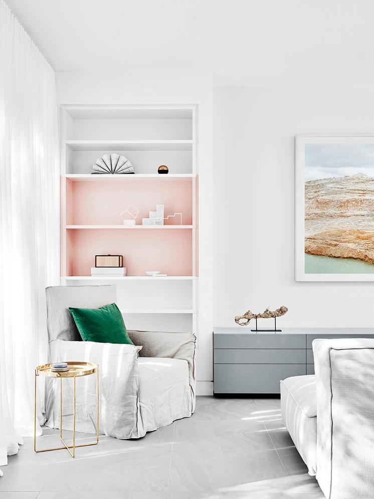 Peindre un mur en rose dans son salon