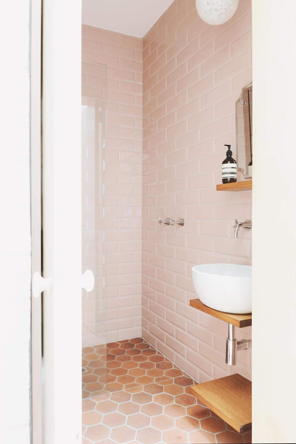 Salle de bain avec carrelage rose clair