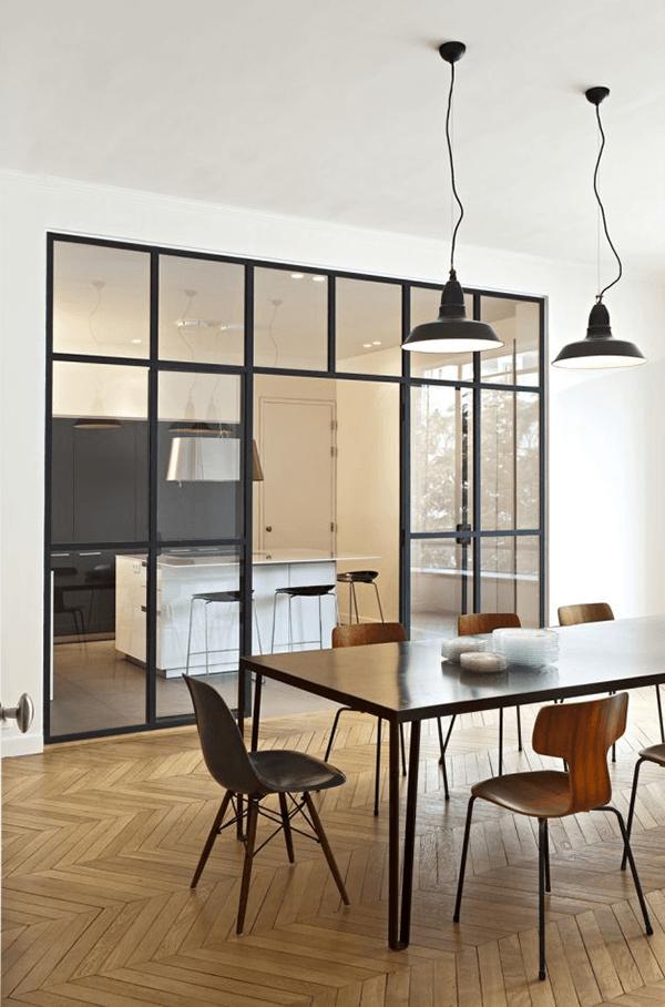 Verrière style atelier d'artiste dans une cuisine contemporaine