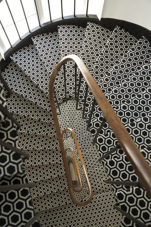 Escalier avec moquette graphique en noir et blanc