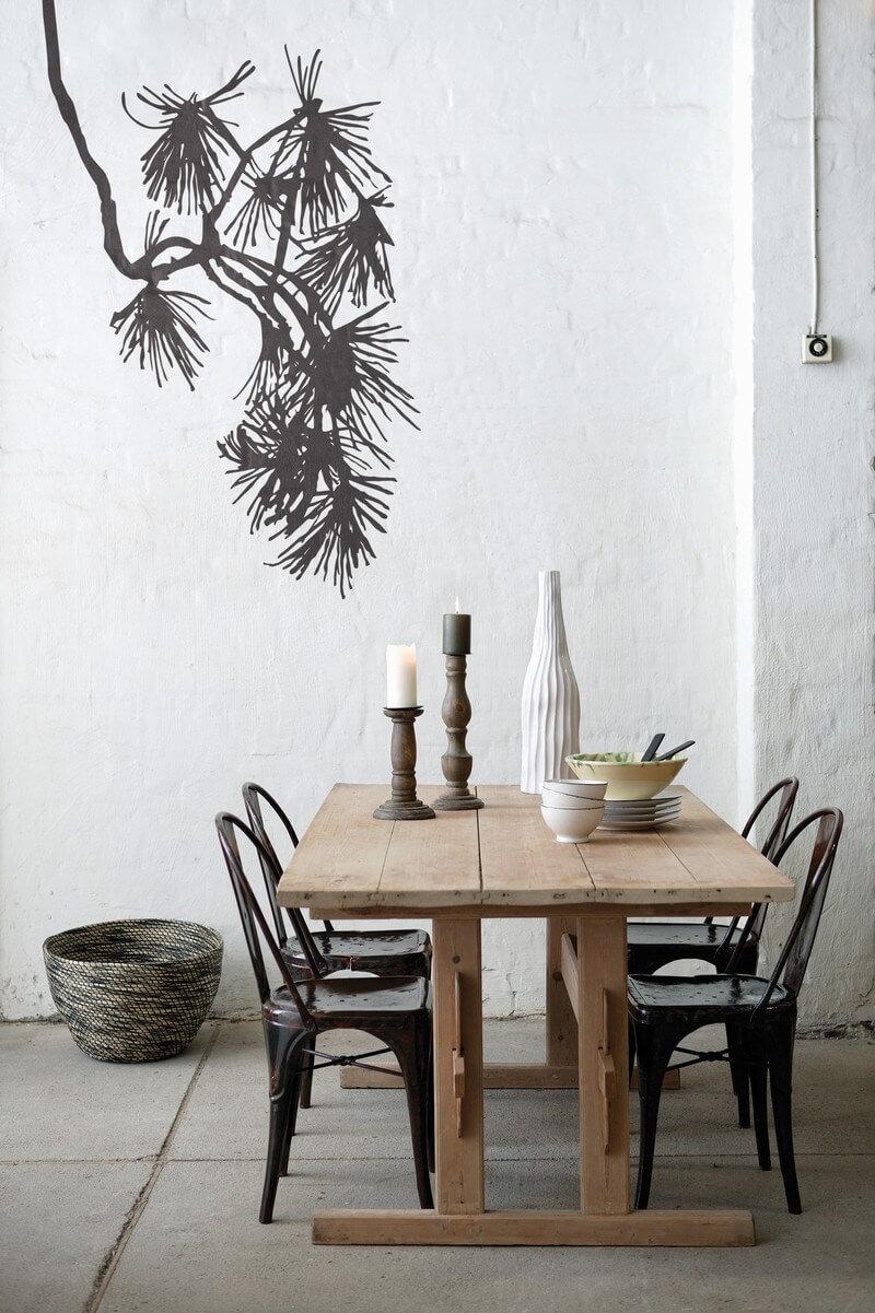 Salle à manger avec table en bois brut