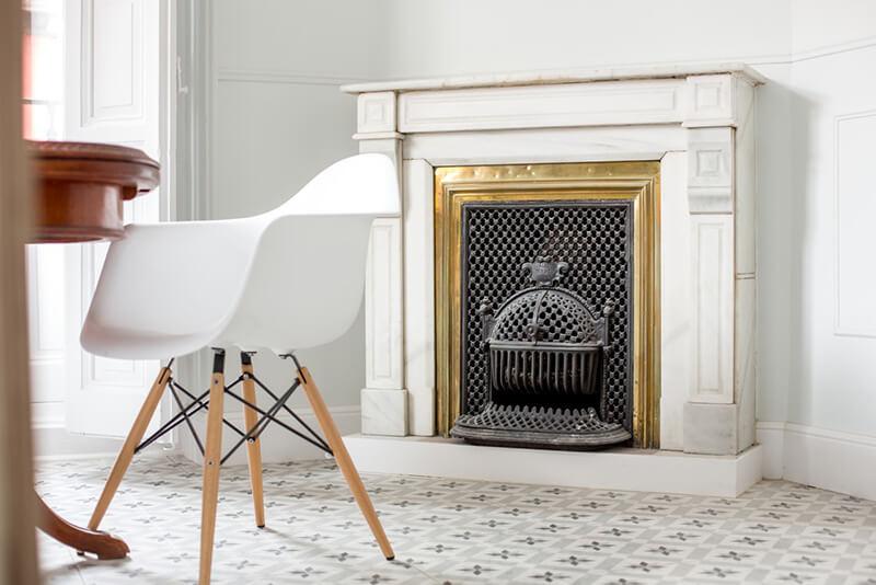 Chaise eames et sol en carreaux de ciment vintage