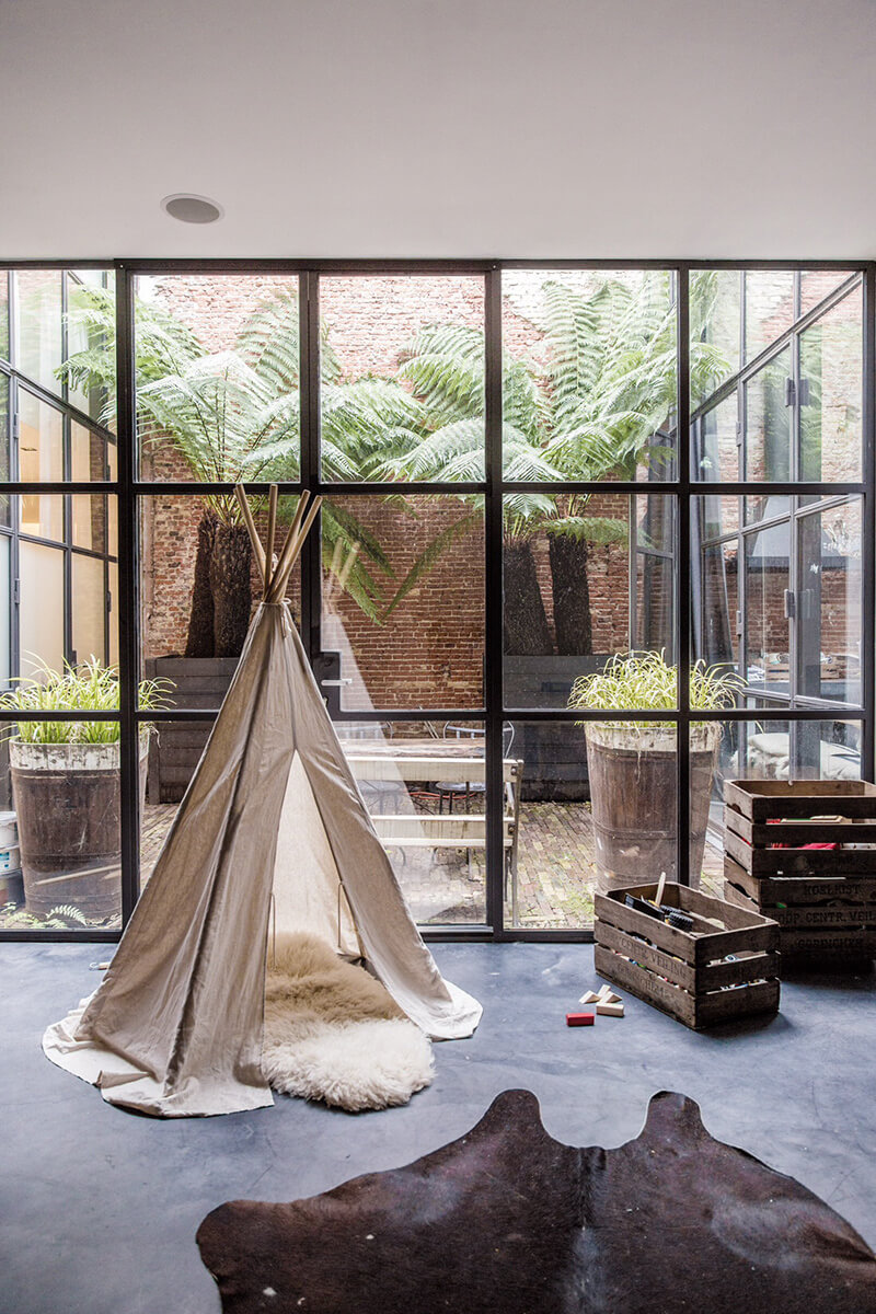 Baies vitrées contemporaines dans une maison style industriel