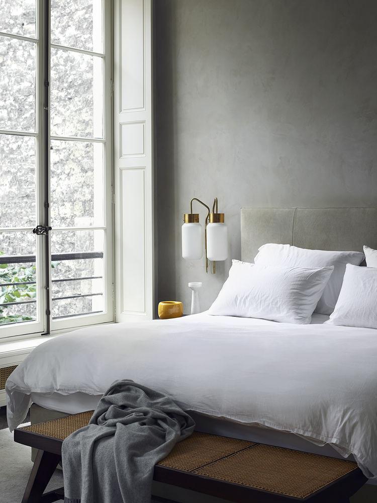 Chambre avec mur en béton ciré