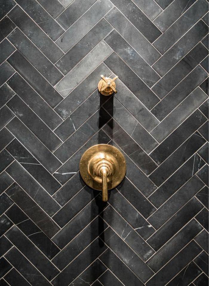 Salle de bain avec carrelage mosaïque noir