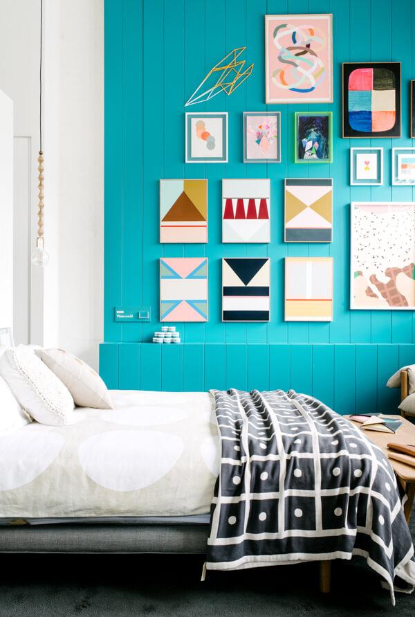 Mur bleu turquoise dans une chambre
