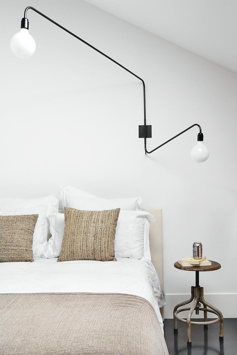 Lampe potence dans une chambre