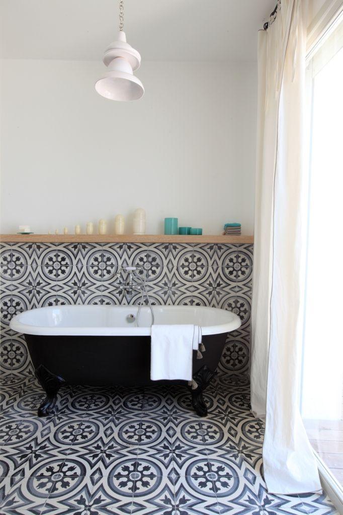 Salle de bain avec carreaux de ciment