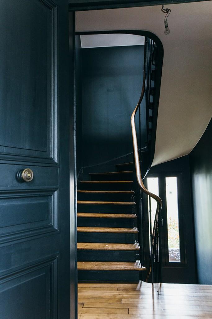 Escalier noir dans une maison rénovée