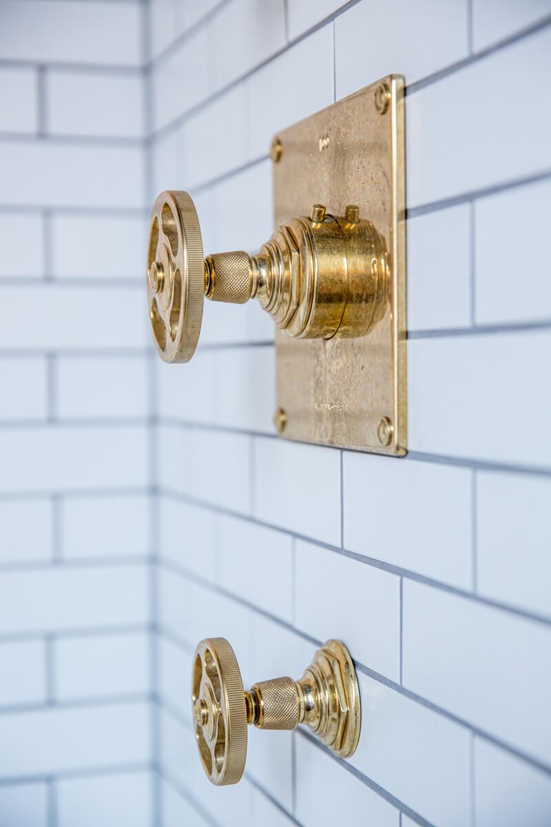 Une salle de bain graphique frenchy fancy - Robinetterie laiton salle de bain ...