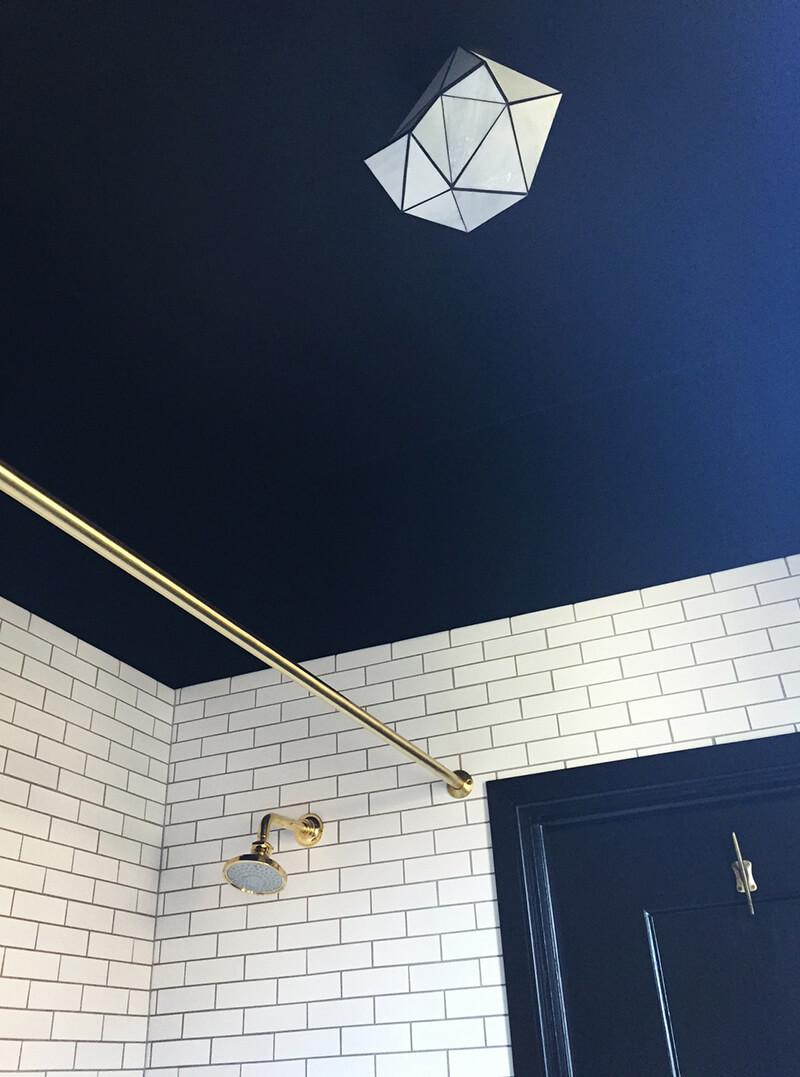 peindre son plafond dans une couleur fonce - Salle De Bain Plafond Noir